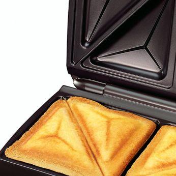 Пластины разрезают хлеб по диагонали и запечатывают края, удерживая сыр и другие ингредиенты внутри сэндвичей