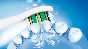 Dynamický čistící účinek zubního kartáčku Sonicare způsobuje proudění tekutiny do mezizubních prostor