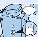 Het waterreservoir met het ontkalkermengsel vullen