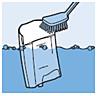 Spoel het waterreservoir onder de kraan uit