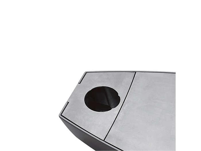 Pro montáž na vrchol sloupu, 76 mm Otvor je zcela otevřený a kulaté, měsíčkovitě tvarované přepážky jsou upevněny uvnitř svítidla.