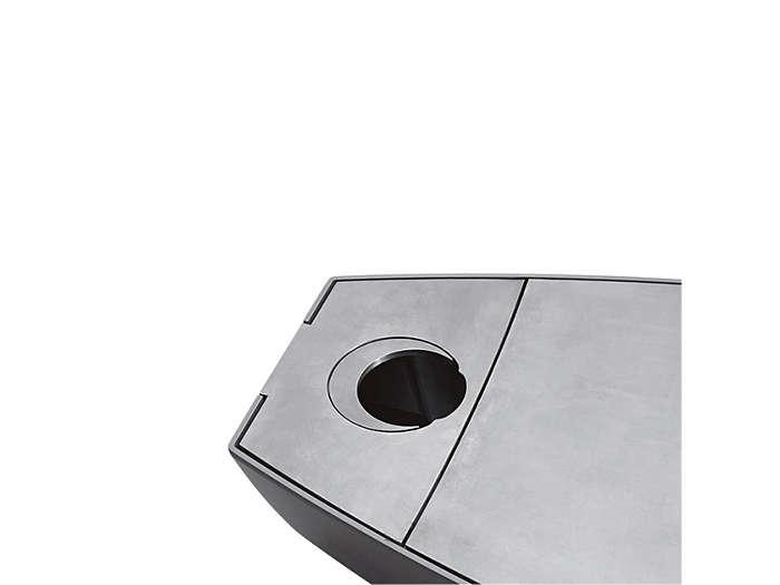 Montáž na vrchol sloupu, 60 mm: Uvnitř svítidla je upevněna kulatá přepážka. Měsíčkovitě tvarovaná přepážka uzavírá zbytek otvoru a povrch svítidla je zcela plochý.