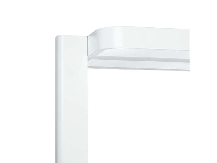 Connection between luminaire head and pole
