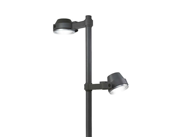 Jedno svietidlo UrbanScene CGP705 a jedno nasmerované svietidlo UrbanScene CGP700 na stĺpe