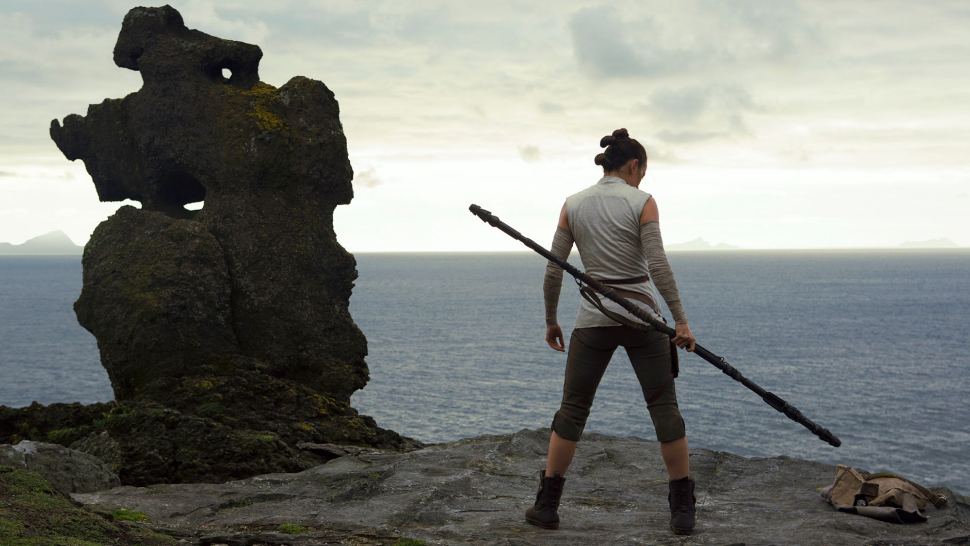 Star Wars The Last Jedi hub: Ray in the cliff