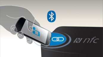 """Valdymas vienu palietimu naudojant NFC su išmaniaisiais telefonais, skirtas susieti """"Bluetooth"""" ryšiu"""