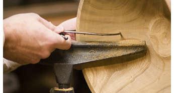 Kućište zvučnika ručno je izrađeno od čvrstog drva