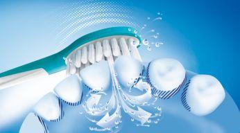 Dynamický čistící účinek zubního kartáčku Philips Sonicare způsobuje proudění tekutiny do mezizubních prostor a podél linie dásní