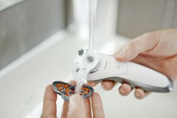 Leöblítheti a borotvát a csap alatt