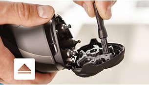Presioná el botón para abrir y usá el cepillo para limpiar