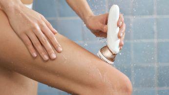 La spazzola esfoliante rimuove le cellule morte della pelle
