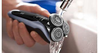 Η ξυριστική μηχανή πλένεται κάτω από τη βρύση