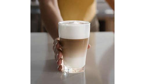 Glad melkschuim uit de melkopschuimer