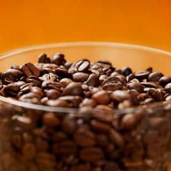 Zachowaj świeżość ziaren na dłużej dzięki szczelnemu pojemnikowi z pokrywką Aroma