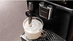 Une délicieuse mousse de lait ou du lait chaud avec le nouveau tube à vapeur