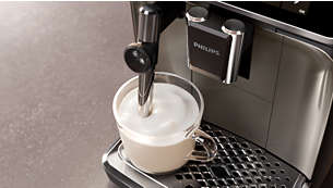 Spumă delicioasă de lapte sau lapte fierbinte cu noul tub pentru abur