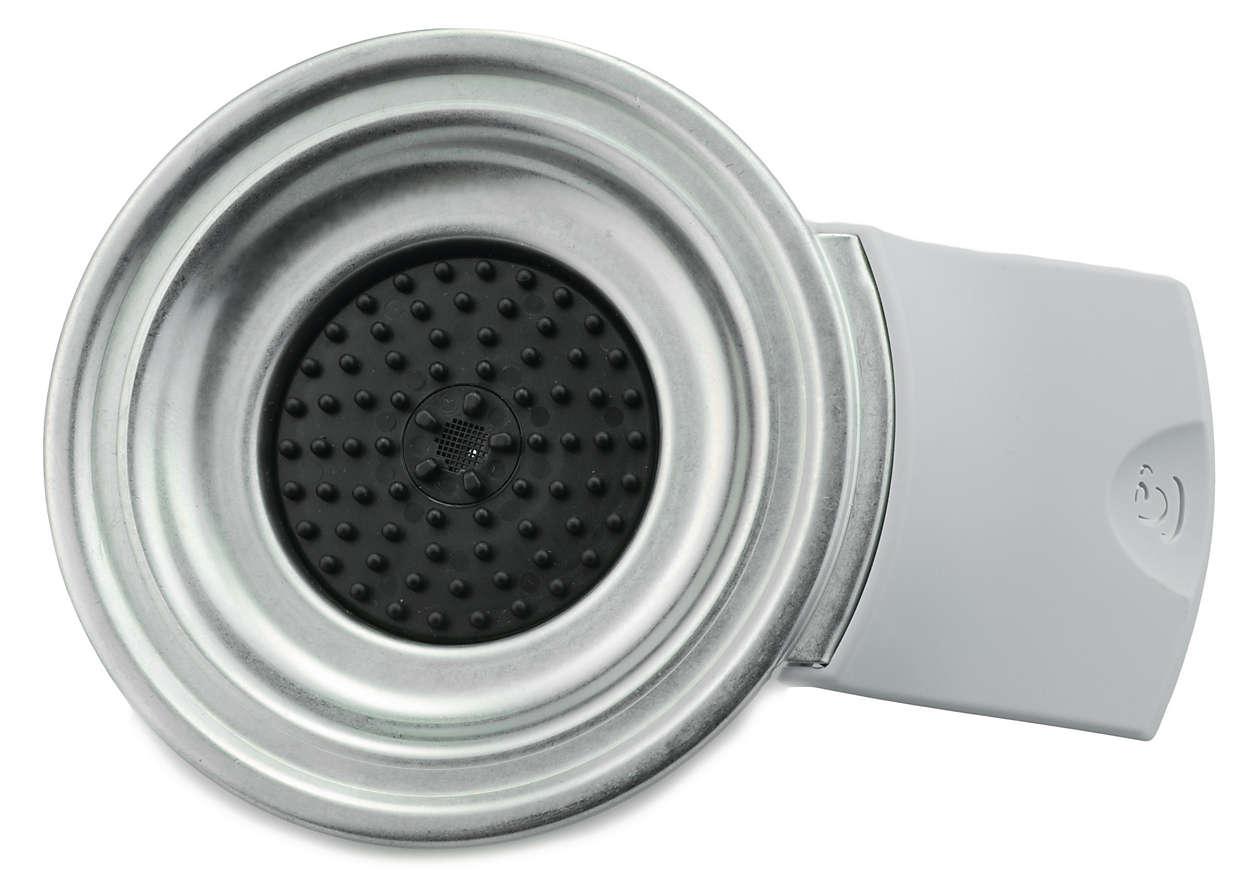Bedekt het watercompartiment van de koffiezetter