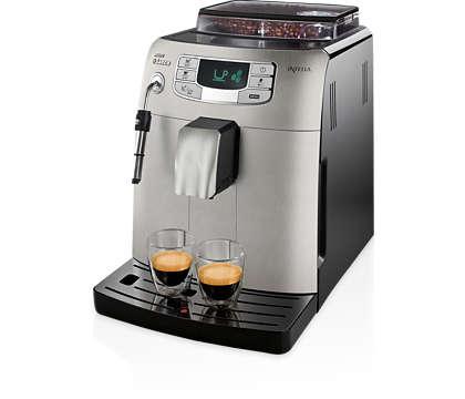 Espresso in kremasta mlečna pena s pritiskom na gumb