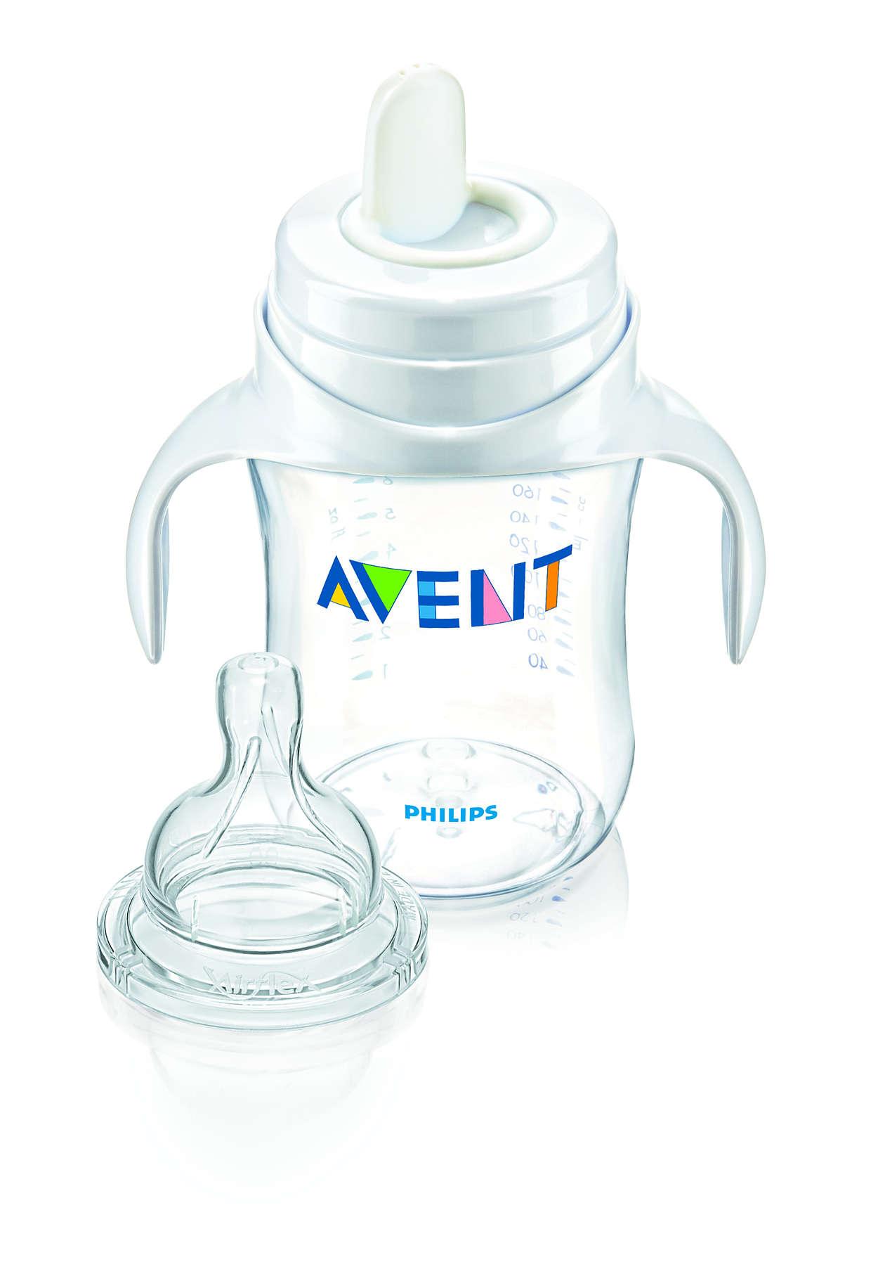Spädbarnets första steg för att använda en mugg