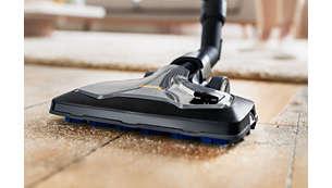 La spazzola TriActive Ultra cattura la polvere e lo sporco da qualsiasi pavimento